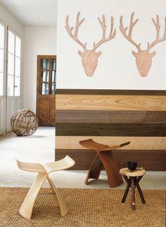 Un mur décoré de planches de bois de différentes essences et couleur comme un soubassement