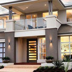 Casa com telhado, adornos na entrada e boa iluminação.