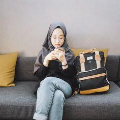 ในภาพอาจจะมี 1 คน, กำลังนั่ง และสถานที่ในร่ม Casual Hijab Outfit, Ootd Hijab, Hijab Fashion, Fashion Outfits, Chic Outfits, Drawing, Girls, Model, Crafts
