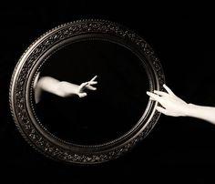 """""""Entre el espejo y el corazón existe una solo diferencia: El corazón oculta secretos más el espejo no. Si podemos pulir el metal hasta convertirlo en un espejo, ¿Cuan pulido necesita estar el espejo de nuestro corazón? Si quieres un espejo claro, contémplate, y mira sin vergüenza la verdad reflejada. """"·"""