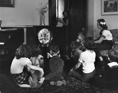Before the Internet – 25 Vintage Photos Show Children Watching TV in the Past