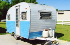 this cute little trailer is FOR SALE near Madison, WI. I want it sooooo bad! I can just see me selling all my vintage goodies from it {purrrrrr...}