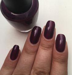 Pose du vernis OPI, Louvre me louvre me not 💅🏽 pour cette semaine. #opi #opilouvremelouvremenot #purple #violet #ongles #ongle #polish #nail #nails #nailpolish #lauriane #lauriane_nails