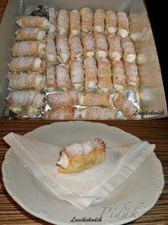 POTŘEBNÉ PŘÍSADY: 400g hladké mouky 1/4 lžička soli 250g másla 200g zakysané smetany krémové máslo na potření trubiček vejce na potření kremrolí Sníh do kremrolí 190g cukru krupice 1/2vanilkového cukru 3 bílky 50g vody POSTUP PŘÍPRAVY: Těsto Zpracujeme těsto a dáme do lednice na hodinu odpočinout.