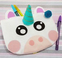 Bolsa de unicórnio com molde Felt Crafts, Diy And Crafts, Crafts For Kids, Diy Tumblr, Diy Wallet, Stationery Craft, Unicorn Crafts, Kids Bags, Stuffed Animal Patterns