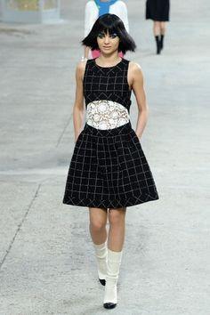 Chanel Spring 2014 Ready-to-Wear Fashion Show - Miranda Kerr Summer Fashion Trends 2018, Fashion Week, Runway Fashion, Fashion Show, Fashion Design, Paris Fashion, Mode Chanel, Chanel Runway, Chanel Paris