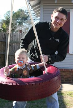 Baby friendly tire swing for Case Backyard Play, Play Yard, Outdoor Projects, Projects For Kids, Tire Craft, Tire Swings, Diy Tire Swing, Tyres Recycle, Reuse Recycle