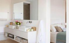 Baño luminoso con bañera exenta, ducha con revestimiento de cantos rodados, vistas al mar Mediterráneo y mucho espacio para moverse.