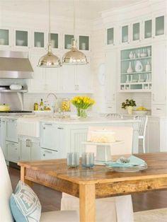 muebles blancos combinados en celeste/verde/gris. Mesa comedor diario madera