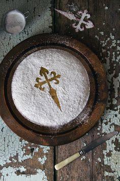 La tarta de Santiago se hace con almendras, huevos y azúcar y la auténtica debe llevar la famosa cruz de la Orden de Santiago cuya forma imita a una espada.
