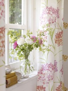 30 Spring Bedroom Decor Ideas With Floral Theme - New Deko Sites Rose Cottage, Cottage Style, Floral Theme, Cottage Interiors, Cottage Living, Country Living, Home And Deco, Spring Home, Window Sill