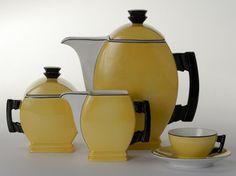 Fragment serwisu Płaski, Ćmielów, lata 30 XX w Vintage Pottery, Vintage Tea, Pottery Art, Art Deco Pattern, Yellow Art, Tea Service, Coffee Set, Mid Century Modern Design, Art Deco Fashion