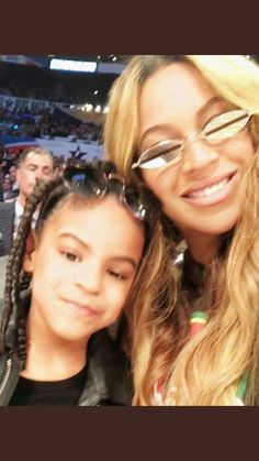Ever since Blue Ivy Carter came into the world in Beyoncé has been pretty shy about showing her daughter's face. Queen Bee Beyonce, Beyonce And Jay Z, Beyonce Family, Beyonce Kids, King B, Rihanna And Drake, Blue Ivy Carter, Beyonce Style, Bath