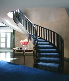 Loving the curve of this staircase - how elegant.
