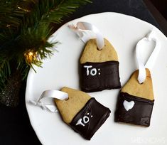 Forget those boring paper tags for your gifts this year! Personalize all your presents with one of these gift tag cookies! Christmas Dishes, Christmas Desserts, Christmas And New Year, All Things Christmas, Christmas Cookies, Christmas Time, Christmas Crafts, Christmas Ideas, Xmas
