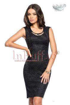 Rochie office neagra fermoar pe spate este o rochie ce nu trebuie sa-ti lipseasca din garderoba. Este cambrata, iar la gat are un accesoriu metalic auriu.  rochie eleganta pentru femei rochie neagra din dantela accesoriu metalic auriu la gat se inchide cu fermoar la spate are captuseala lungime de la subrat: 77 cm material: 97% poliester, 3% spandex captuseala: 100% poliester