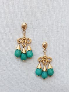 Pendientes Lágrimas de latón bañado en oro hechos con jade blanco tintado en color verde agua. Estos pendientes están inspirados en las joyas otomanas. Body Jewelry, Jewelry Sets, Jewelry Accessories, Jewelry Necklaces, Jewelry Design, Jewelry Making, Initial Bracelet, India Jewelry, Diy Earrings