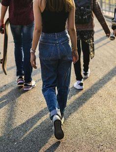 L'Ifop a publié une enquête sur le «No Bra», soit l'abandon du port de soutien-gorge, mercredi 22 juillet. Le sondage révèle que pour 20 % des Français, des tétons apparents sous un haut devraient être, pour l'agresseur, une «circonstance atténuante en cas d'agression sexuelle». Agression, Abandon, Cas, Mom Jeans, Fashion, Street Harassment, Wednesday, Bra, Woman
