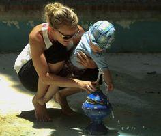 'Madre', 'tía' y 'abuela' son palabras que en español establecen parentescos o vínculos entre familiares o parientes.