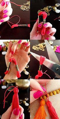 一番簡単な方法かもしれません。 ①刺繍糸の房から1メートルほど糸を切っておく。 ②半分に折る。 ③半分に折ったところを①の糸で結ぶ。 ④両端の「わ」になっている糸を切る。 ⑤房の部分を作る。 ⑥完成! 刺繍糸の房をそのまま使うアイディア。行程にはありませんが、房を作る時に少しだけボンドを垂らしておくと、後々糸がほぐれなくていいですよ。