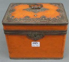 Teedose, 19. Jh. Holz, orangefarbener Lack, reicher Eisenbeschlag, durchbrochen gearbeitet, Deckel