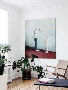 Anne Christine Persson er udviklingsdirektør i Danish Fashion Institute og i bor på Vesterbro i København med udsigt til en grøn park og Tivolis kulørte fyrværkeri. Lejligheden er indrettet med danske møbelklassikere, personlige fund og masser af planter, der tilfører udtrykket en særlig organisk atmosfære.
