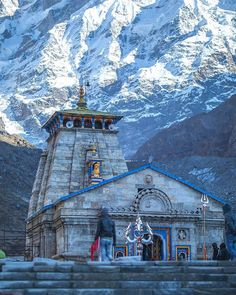 Kēdārnāth Mandir (Kedarnath Temple) is a Hindu temple (shrine) dedicated to Lord Shiva. Located on the Garhwal Himalayan range near the Mandakini river. Shiva Hindu, Hindu Temple, Shiva Art, Temple Architecture, Indian Architecture, Lord Shiva Hd Images, Krishna Images, Lord Shiva Hd Wallpaper, Krishna Wallpaper