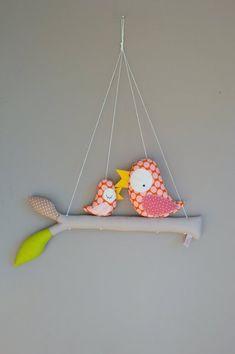 Cute baby bird n mom on a branch Sewing For Kids, Baby Sewing, Felt Crafts, Diy Crafts, Sewing Crafts, Sewing Projects, Patchwork Baby, Felt Baby, Craft Club
