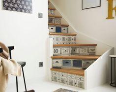 Papier peint pour escalier Leroy Merlin - mélange carreaux de ciment et boîtes en bois    http://www.homelisty.com/stickers-escalier-contremarches/