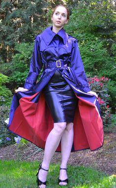 Classic Kingfisher Mack goes perfectly with her latex dress Black Raincoat, Hooded Raincoat, Fetish Fashion, Latex Fashion, Pvc Skirt, Rubber Raincoats, Langer Mantel, Rocker, Raincoats For Women