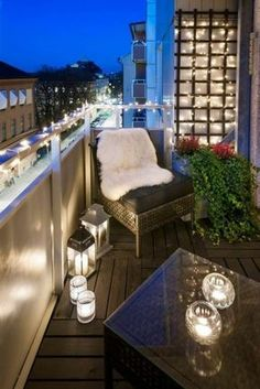 aménager un petit balcon, guirlande lumineuse, bougies allumées, plantes vertes