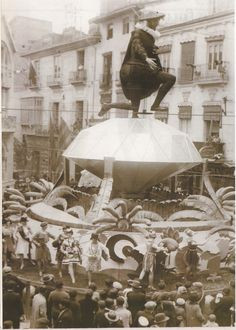 LAS FALLAS (1929-1933) La figura de Don Juan, que sobre un brillante contempla a las mujeres de la actualidad, era el motivo de los artistas Canet y Ramíl desarrollaron en 1930 en la plaza Molina de una rodilla.