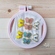 「. ֎ ֎ 『ミニちょうちょ』 ֎ ֎ H1.5cm × W2.2cm ほどの小さなちょうちょを作りました😊 ピアスを作るつもりだったけど、ヘアアクセサリーにしてもかわいいなぁ~と、考え中デス🤭 ֎ ֎ #ビーズ刺繍 #ちょうちょ #蝶 #ビーズ #ビジュー #刺繍…」