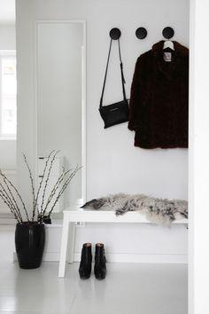 foto © elisabeth heier  Jeg er glad i få og enkle detaljer som gjør huset til et hjem, og i gangen får det alltid stå fremme noen sko, en veske eller andre ting som viser hvem som bor her. Og et saues