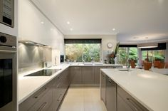 Contrasting high gloss cabinets
