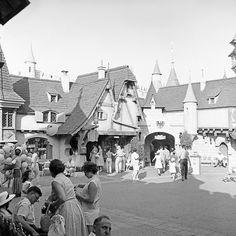 disneyland, june 1958 fantasyland castle courtyard part of an archival project, featuring the photographs of nick dewolf Retro Disney, Old Disney, Disney Love, Disney Magic, Disney Stuff, Vintage Disneyland, Disneyland Resort, Disney Parks, Walt Disney Imagineering