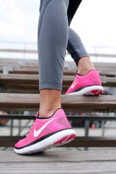 Pink ist als Farbe längst nicht mehr nur kleinen Mädchen und Prinzessinnen vorbehalten. Der stylische Laufschuh von Nike wird durch das auffällige Design zum coolen Hingucker. Auch in puncto Funktionalität überzeugt das Trend-Modell dank Flexkerben und Phylon-Sohle.