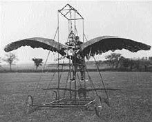 Ein Ornithopter ist ein Flugzeug, das Vortrieb durch Bewegung der Tragflächen erzeugt. Es fliegt im Schlagflug. Eine Bedeutung hat der Ornithopter bisher nur im Bereich des Experimental- und Modellflugs erlangt. In den Anfängen der bemannten Luftfahrt wurden mit diesem Prinzip Flugversuche durchgeführt. Diese blieben jedoch erfolglos. Bild: 1902 Ornithopter – Wikipedia