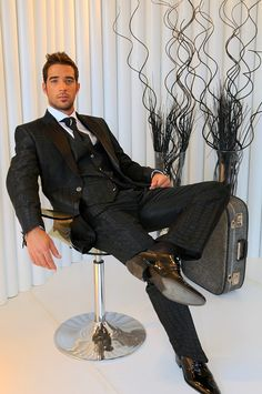 Suit and Tie Bulges Sharp Dressed Man, Well Dressed Men, Business Outfit, Business Fashion, Mens Fashion Suits, Mens Suits, Mens Patent Leather Shoes, Herren Outfit, Elegant Man