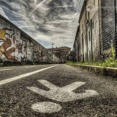 Una #ciclabile poco frequentata.  #salvaciclisti #bike #bologna #igersbologna #ig_bologna #lovers_bologna #igersemiliaromagna #ig_emiliaromagna #bologna_city #vivobologna #twiperbole #emiliaromagna #turismoer #iperbole #mybologna #tourismgram #centrobologna #comunebologna #ig_emiliaromagna #vivo_italia #perlestradedibologna #paesaggio #italy #italia #ig_worldclub #ig_europe #global_family #landscape #street #streetart by gianlucaimprotafotografo