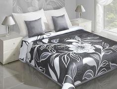 Přehoz na postel šedé barvy s bílým květem