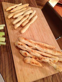 3 féle mártogatós friss zöldségekkel, házi rozmaringos grissinivel - RozéKacsa Garlic Bread, Winter Food, Baked Goods, Food And Drink, Cooking Recipes, Snacks, Cookies, Baking, Basket