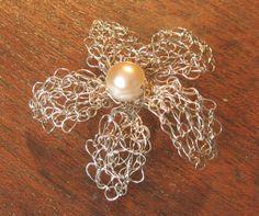 dije de flor tejido en hilo de plata con perla