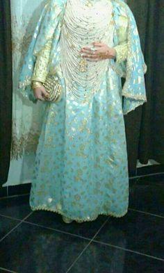 """""""R'da"""" habit traditionel de Tlemcen, tissu fin doré avec élastique à la taille avec 2 parties devant et dos qui se rassemblent aux épaules."""