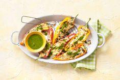 Puntpaprika gevuld met halloumi, jalapeño en groene kruiden
