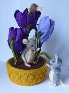 Voorjaarspret 3 kleine muisjes zijn aan het spelen bij de krokussen die net zijn uitgekomen, eentje is moe van het spelen in slaap gevallen in een bloem.