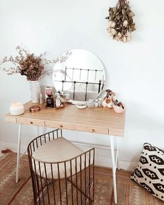 Rangement makeup : Coiffeuse maquillage - Neue Deko-Ideen - Rangement makeup : Coiffeuse maquillage Source by mayammiddendorf - Home Bedroom, Bedroom Decor, Bedroom Ideas, Bedroom Inspo, Design Bedroom, Parisian Bedroom, Bedroom Shelves, Bedroom Table, Bedroom Neutral