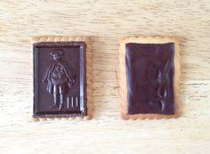 Les petits écoliers  Ingrédients (pour 45 biscuits)  – 100 g de sucre blond en poudre – 1 c. à s. de sucre vanillé – 125 g de beurre salé – 6 cl de lait – 250 g de farine – ½ sachet de levure – 300 g de (bon) chocolat noir