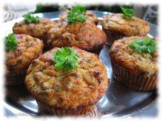 Suolaiset muffinssit ovat helppo tarjottava isompiinkin juhliin, sillä makeiden esikuviensa tapaan ne sopivat hyvin pakastettaviksi. Kun muffinssit lämmittää uunissa ennen tarjoilua, on vaikutelma lähes uunituore. Suosittelen valmistamaan muffinssit muffinssipellillä ilman paperisia vuokia, koska niihin tämä taikina tarraa ikävästi kiinni. Pellin kolot kannattaa voidella margariinilla. Vielä kätevämpi vaihtoehto on silikoninen muffinssipelti, jota ei tarvitse voidella lainkaan. […]
