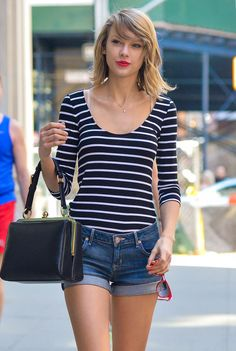 Taylor Swift Photos - Taylor Swift takes a walk in NYC. - Taylor Swift Takes a Stroll in NYC Taylor Swift Hot, Taylor Swift Outfits, Style Taylor Swift, Red Taylor, Taylor Swift Vestidos, Looks Style, My Style, Hair Style, Street Style Outfits